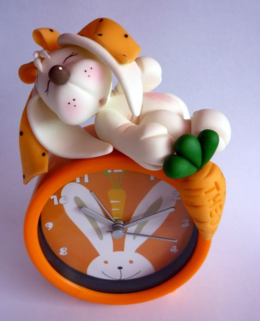 Lapin en porcelaine froide sur réveil