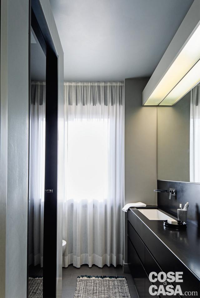 Tenda a pacchetto, ideale per il bagno, da ikea. Trilocale Di 67 Mq Casa Moderna Con Pezzi Di Famiglia Cose Di Casa Tende Per Interni Casa Moderna Finestre Bagno