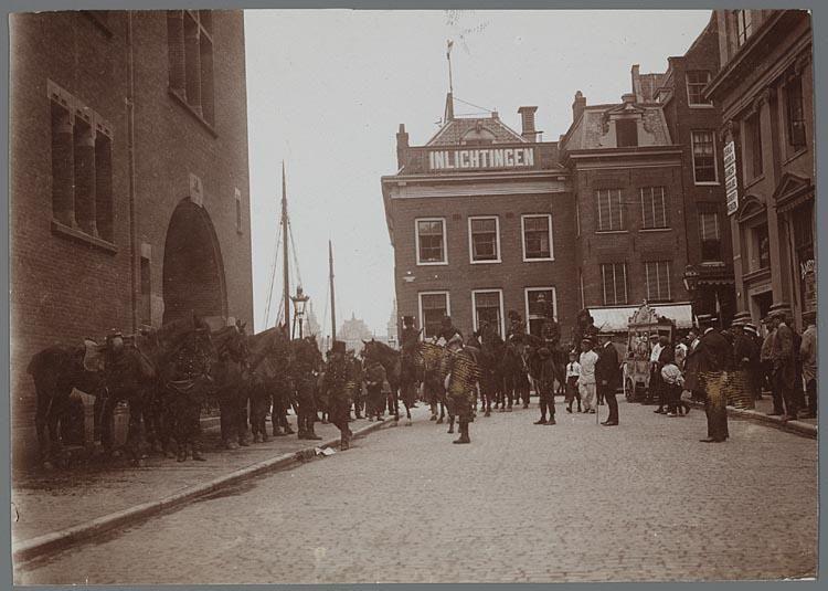1911 Zeeliedenstaking  Marechaussée in de Beursstraat tijdens zeeliedenstaking.