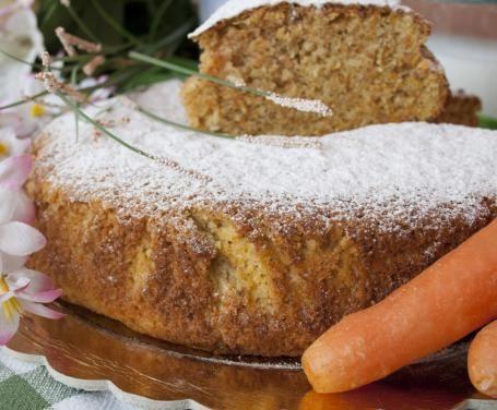 Gustosa ma leggera, la torta integrale di carote è l'ideale per chi vuole concedersi un momento di dolcezza anche quando è a dieta.