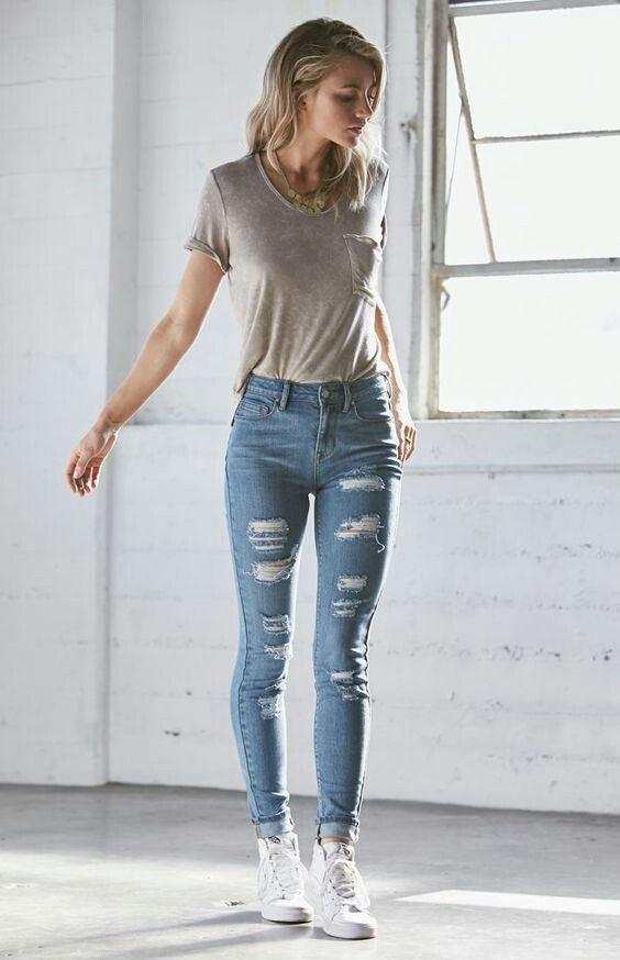 e0f8d611021 Gray low-cut short tucked into light blue holey-jeans