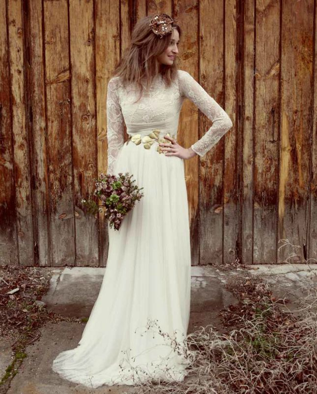 Going for an earthy ensemble for your wedding day? Get the look with a fitted long-sleeved dress, a gold belt + natural waves.