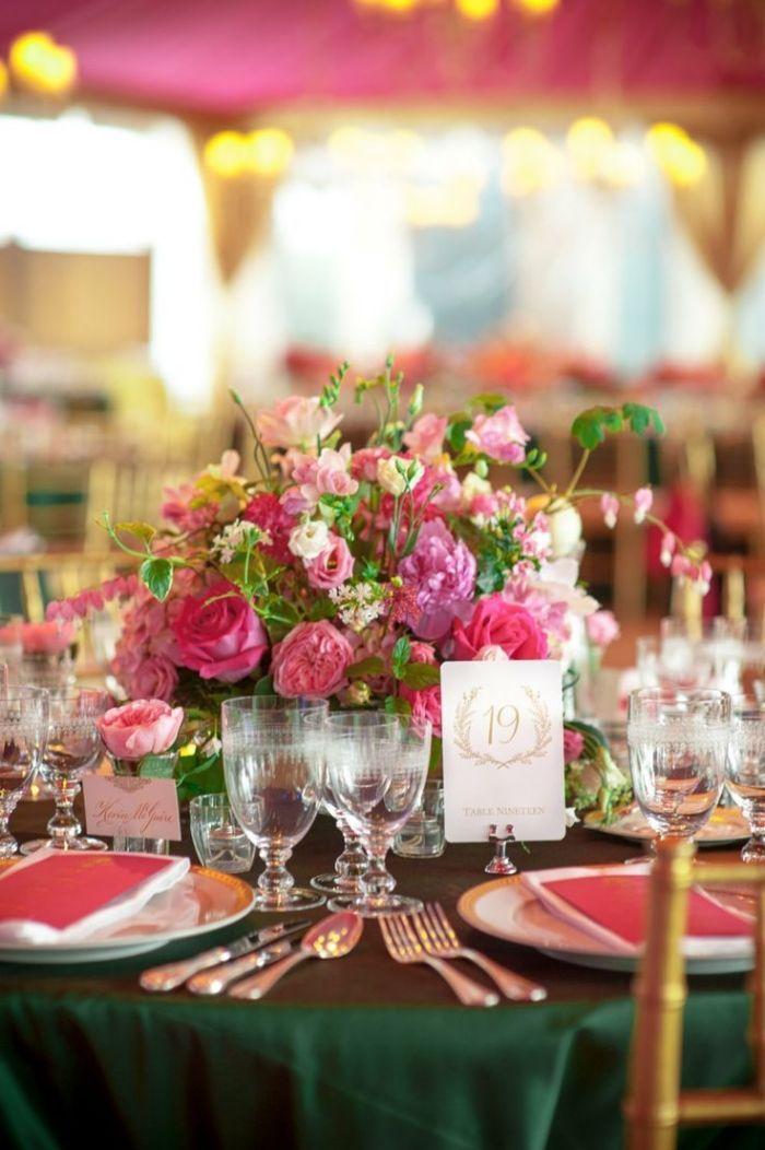 runde tische zur hochzeit dekorieren rosa und smaragdgr n tischdeko hochzeit pinterest. Black Bedroom Furniture Sets. Home Design Ideas