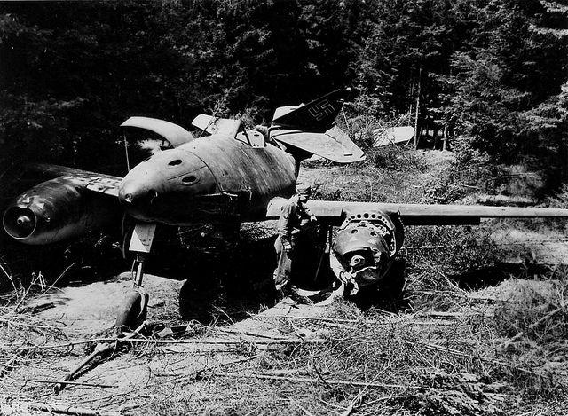 Aircraft - Allemagne, Un soldat US examine la carcasse d'un chasseur à réaction allemand Messerschmitt Me 262 Schwalbe