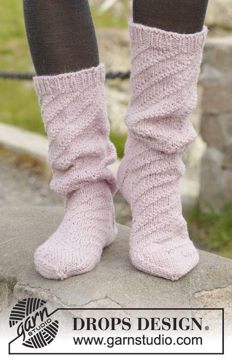 "Strikkede DROPS sokker i ""Nepal"" med rib og spiralmønster. Str 35-43. ~ DROPS Design"