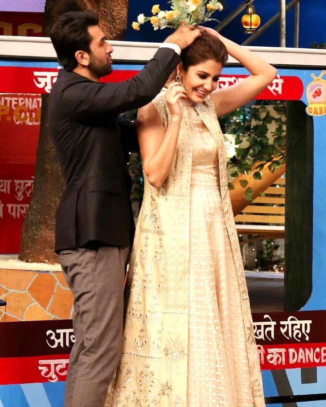 Ranbir Kapoor And Anushka Sharma On The Sets Of The Kapil Sharma Show Bollywood Fashion Style Beauty Hot Anushka Sharma Kapil Sharma Bollywood Actress