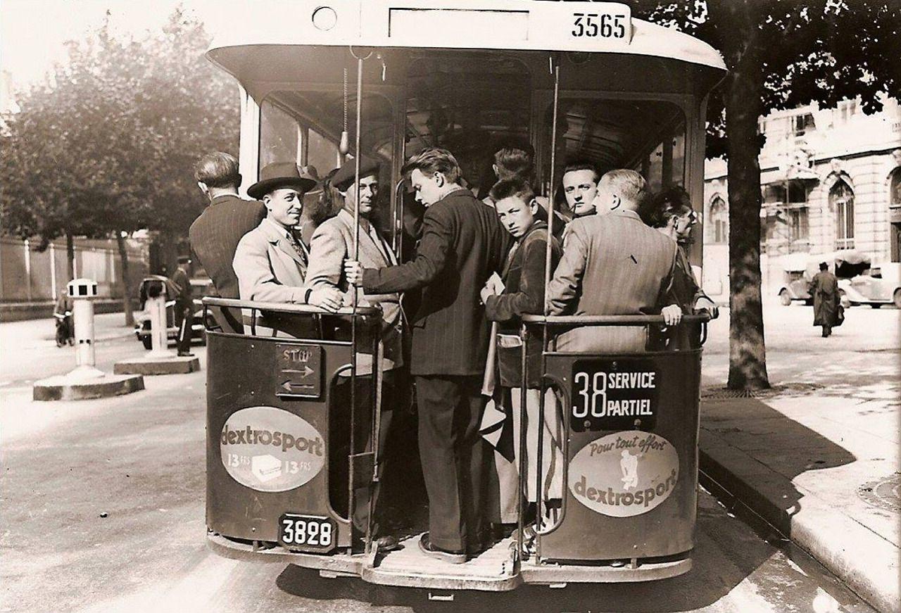 heure de pointe sur une plate forme d 39 autobus boulevard saint michel paris septembre 1950. Black Bedroom Furniture Sets. Home Design Ideas
