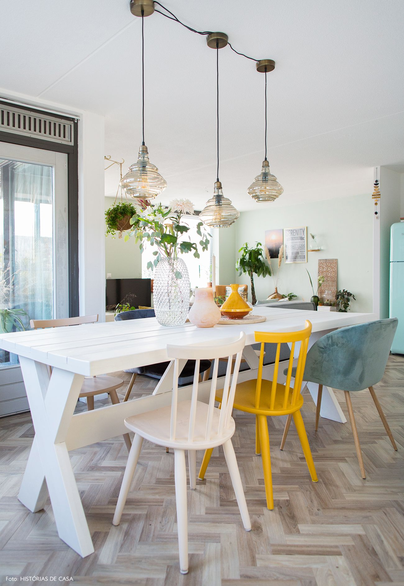 Tapete persa, sofá cinza e almofadas coloridas na sala de estar desse apê na Holanda.