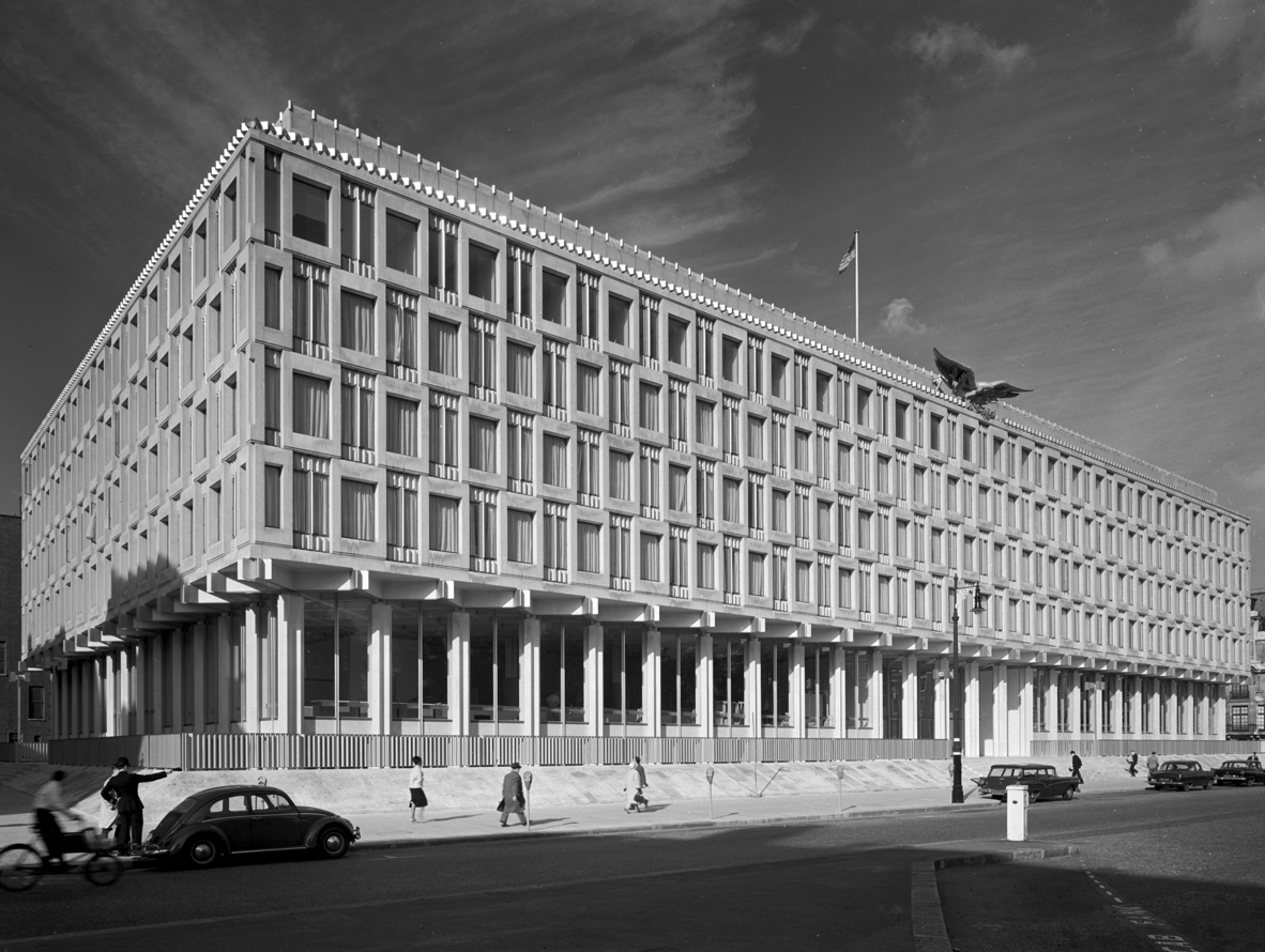 The u s embassy in london designed by eero saarinen 1960 for Consul building