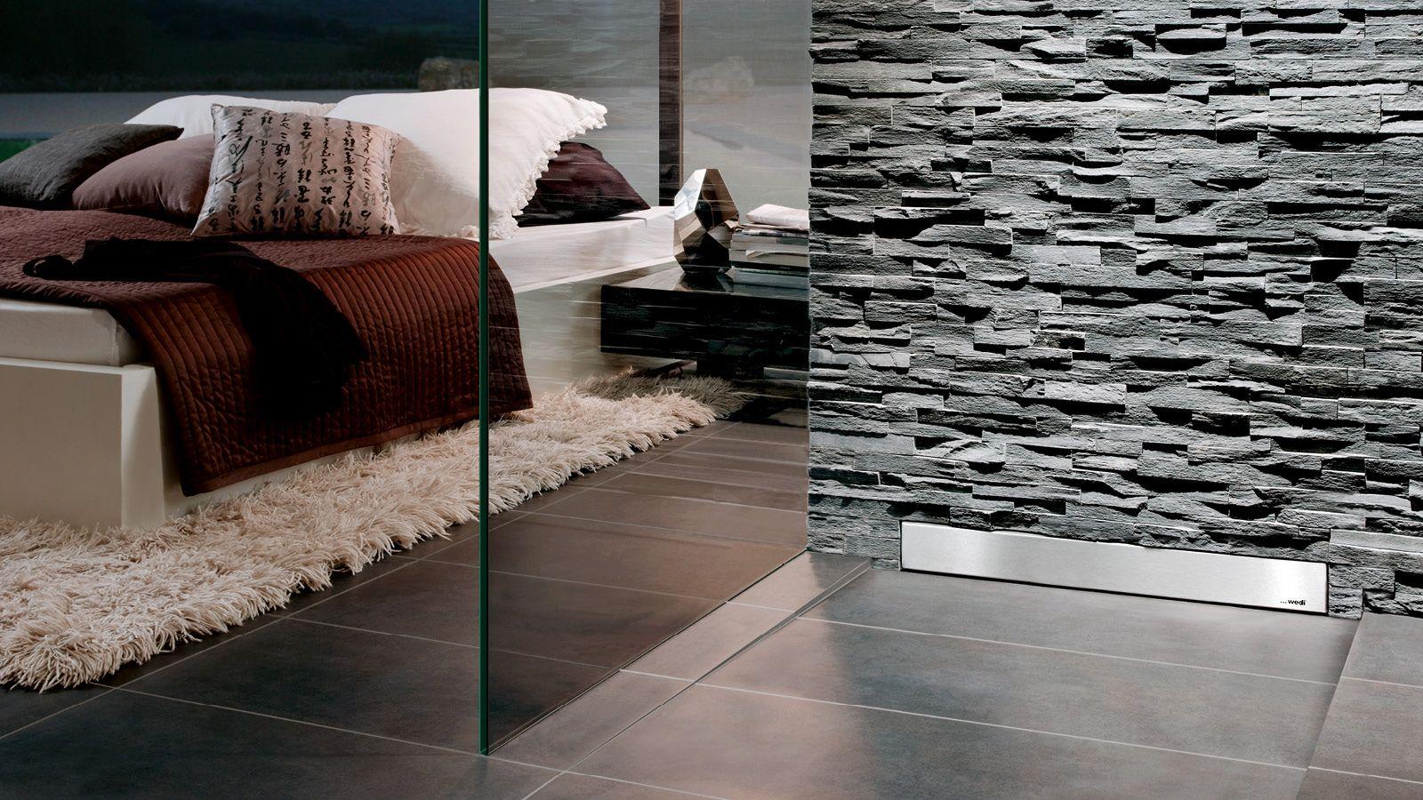 Bad on suite.Bodenebene Dusche mit Ablauf in der Wand