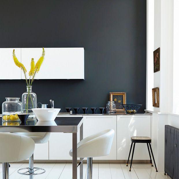 Muebles de cocina blancos con pared pintada de gris oscuo | Color en ...