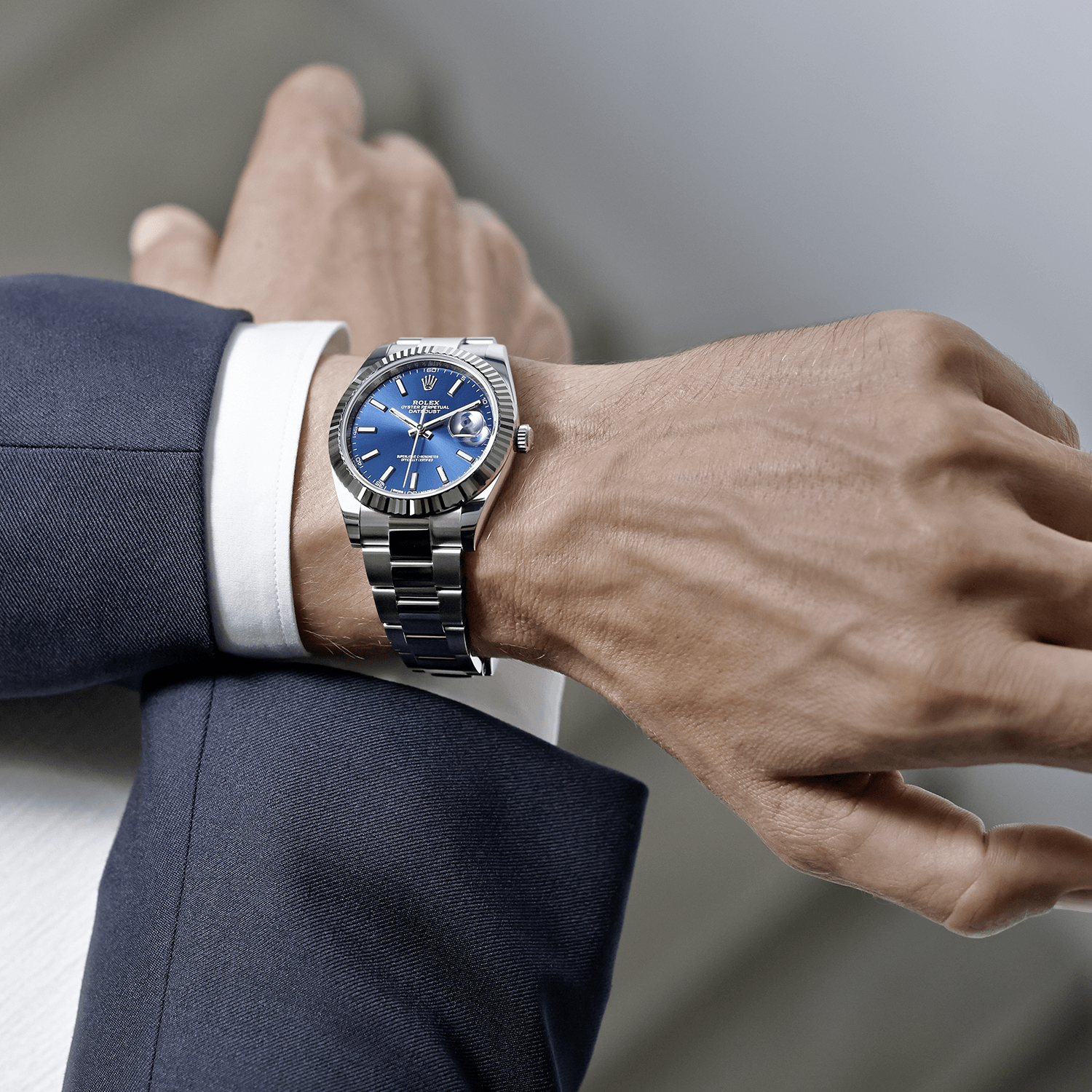 The Rolex Datejust 41 in steel and white gold, 41 mm case, blue dial, Oyster bracelet. The classic watch of reference #Rolex #Datejust #rolexdatejust