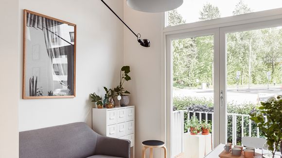 Vain 15,5 neliön asunto on valoisa lähes koko päätyseinän peittävän ikkunan takia. Ovi avautuu ranskalaiselle parvekkeelle.
