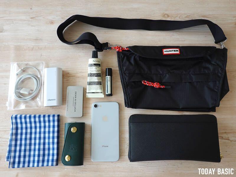 Hunter パッカブル ショルダーバッグ の収納例 軽量で雨の日も使いやすい ブログレビュー ショルダーバッグ 仕事用のバッグ メンズ コーデ
