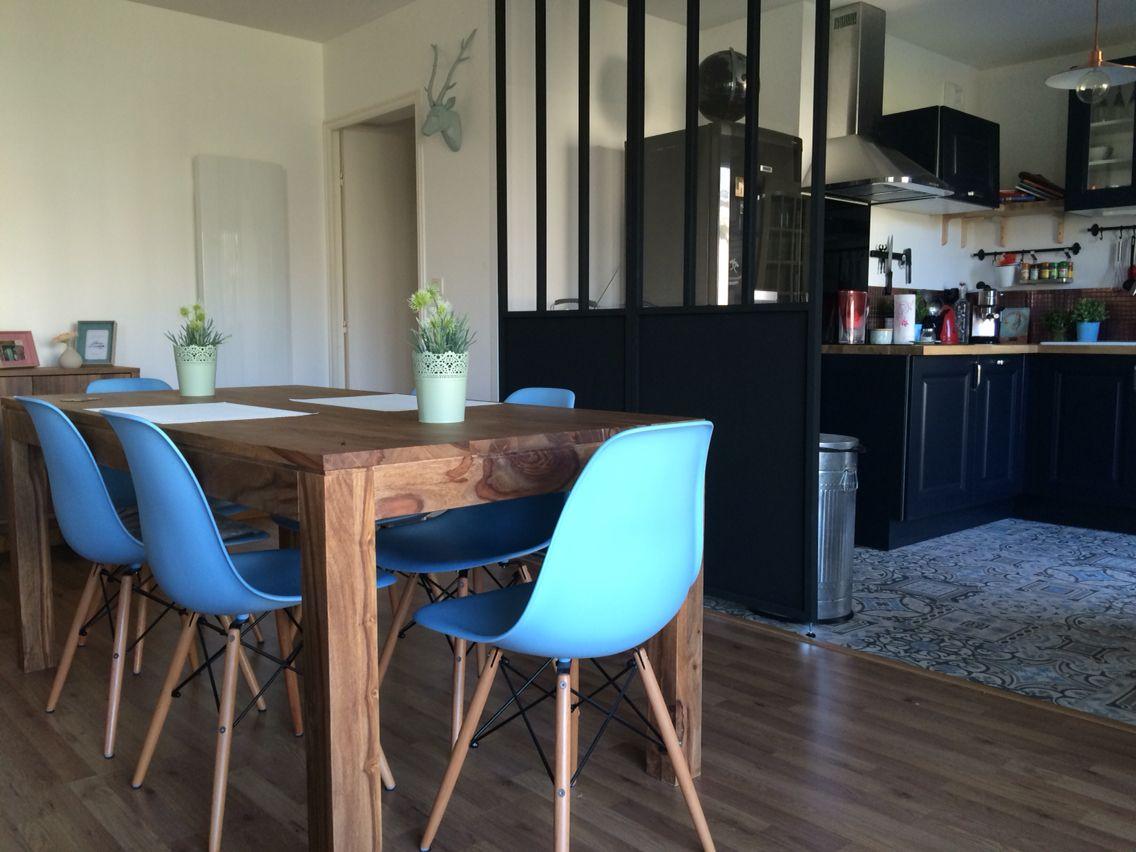 table bois chaises dsw eames bleue verri re cuisine sol effet carreaux de ciment cuisine. Black Bedroom Furniture Sets. Home Design Ideas