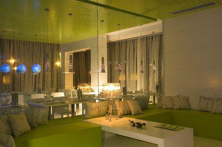 zona lounge con cojines impresos sobre tela acorde con la gráfica del restaurante, rotulación en vinilo plata de pared y techo, cojines impresos y Flyer promocional - Lime&co