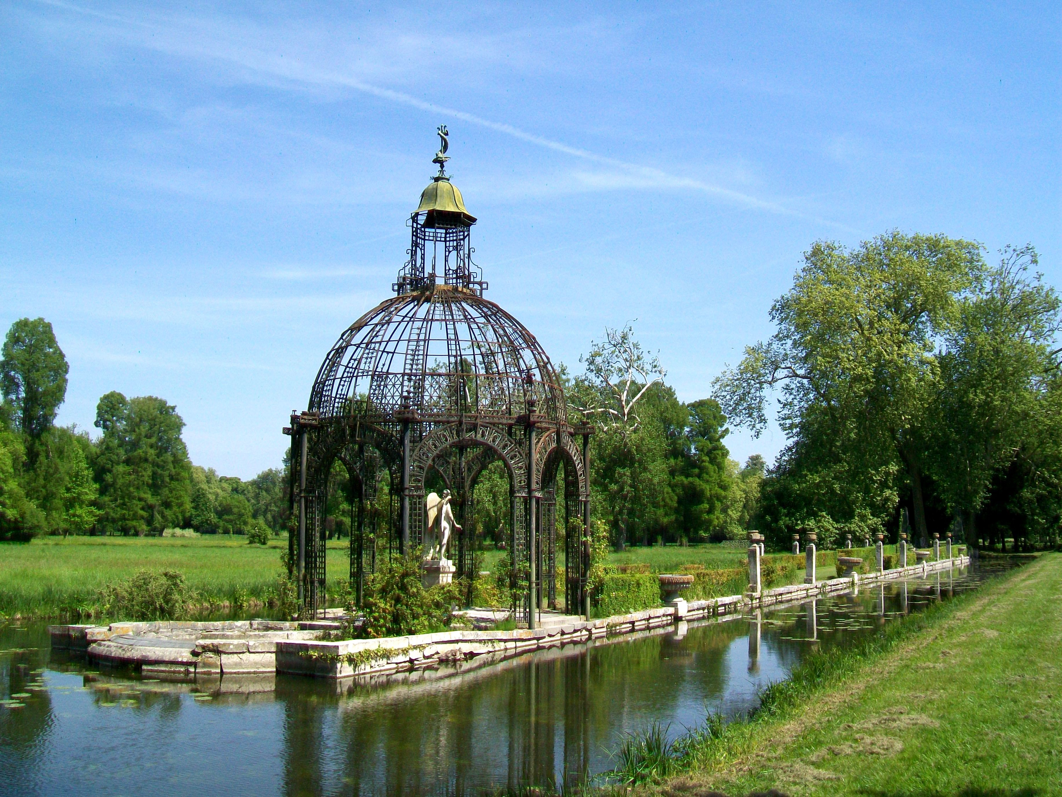 l 39 ile d 39 amour at the gardens of the chateau de chantilly. Black Bedroom Furniture Sets. Home Design Ideas