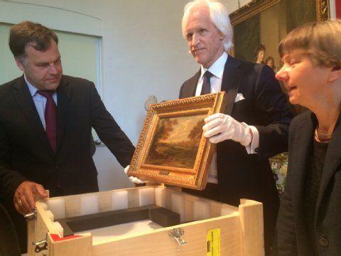 Kultusminister Stefan Dorgerloh und Robert M. Edsel bei der Bildübergabe in Dessau.  5 paintings found