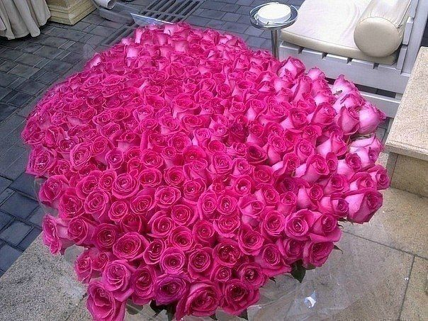 If you want to impress, then think big, especially when it comes to bouquets of roses. Here we have 22 examples of the finest big bouquets of roses.