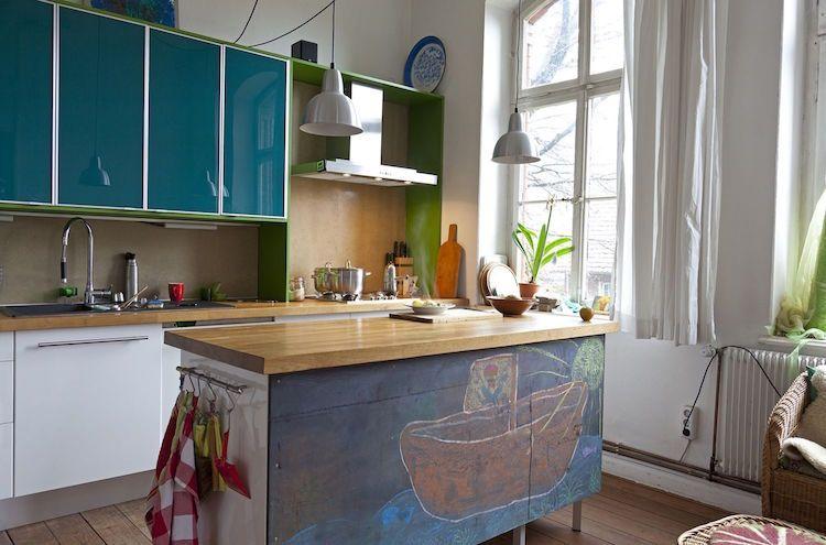 Petite cuisine avec îlot central ayant toute la fonctionnalité d\u0027une