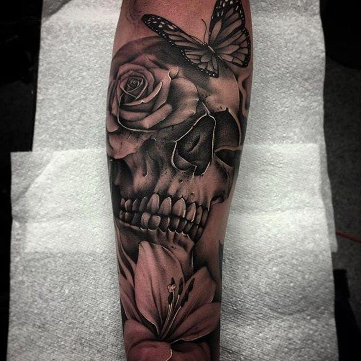 Schädel, Schmetterling und Blume Tätowierung von Bobby Loveridge @bobbalicious_tattoo #schwarz #schwarzgrau #churchyardtattoostudio #uk #skull #butterfly #flower - Künstler