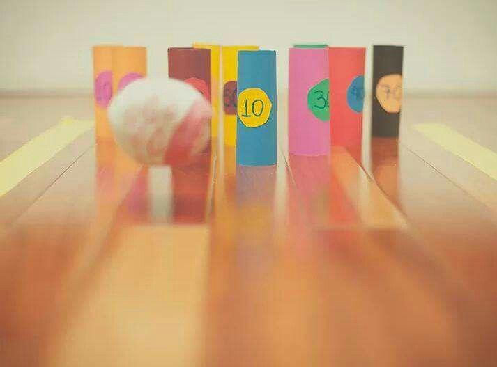 Strike! Rolinhos de papelão, papel colorido e uma bola de meia é tudo que você vai precisar para montar uma pista de boliche em casa. Mais dicas do que fazer com papel em http://glo.bo/1lcB8gx