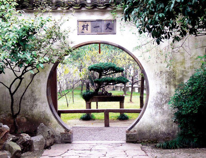 La abundancia de agua en la región china de Jiangsu –cerca de Shanghai– hizo posible la creación de los Jardines de Suzhou, una especie de parques en miniatura que son Patrimonio de la Humanidad. Su diseño, muy alejado de los gustos occidentales, combina rocas, agua, pabellones y plantas para recrear un juego de la naturaleza en tamaño mini.