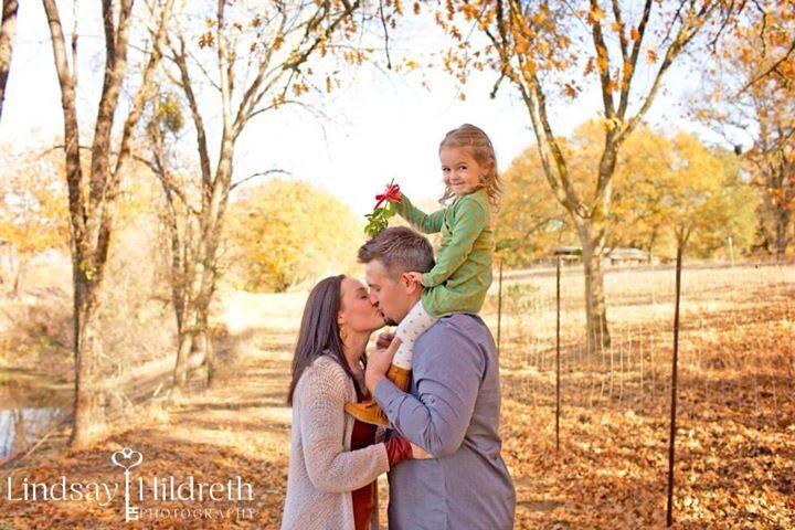 Kiss me under the mistletoe ️ family photography, photography ideas, Christmas , children , love ...