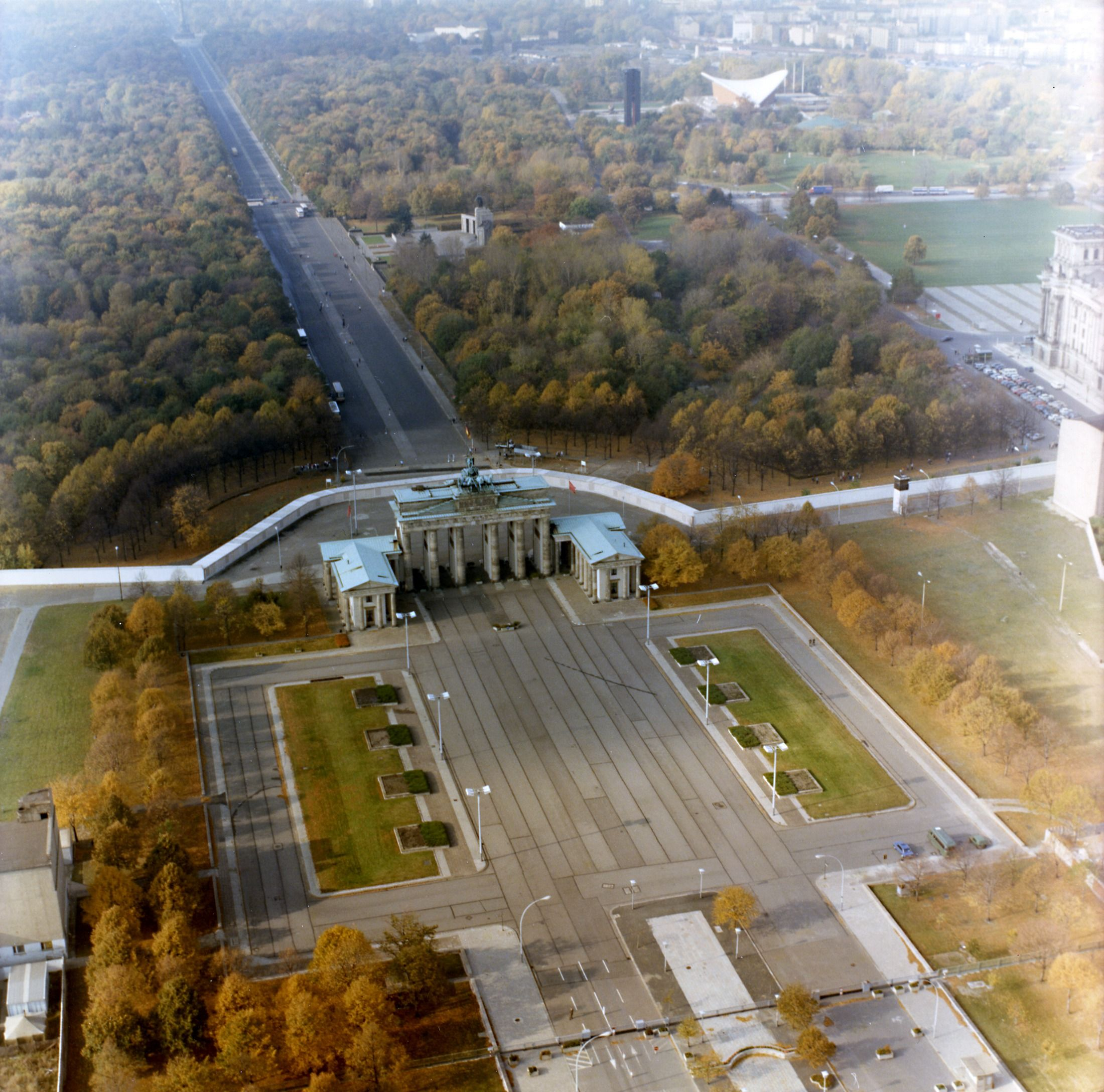 Luftbildaufnahmen der Berliner Mauer am Brandenburger Tor ...