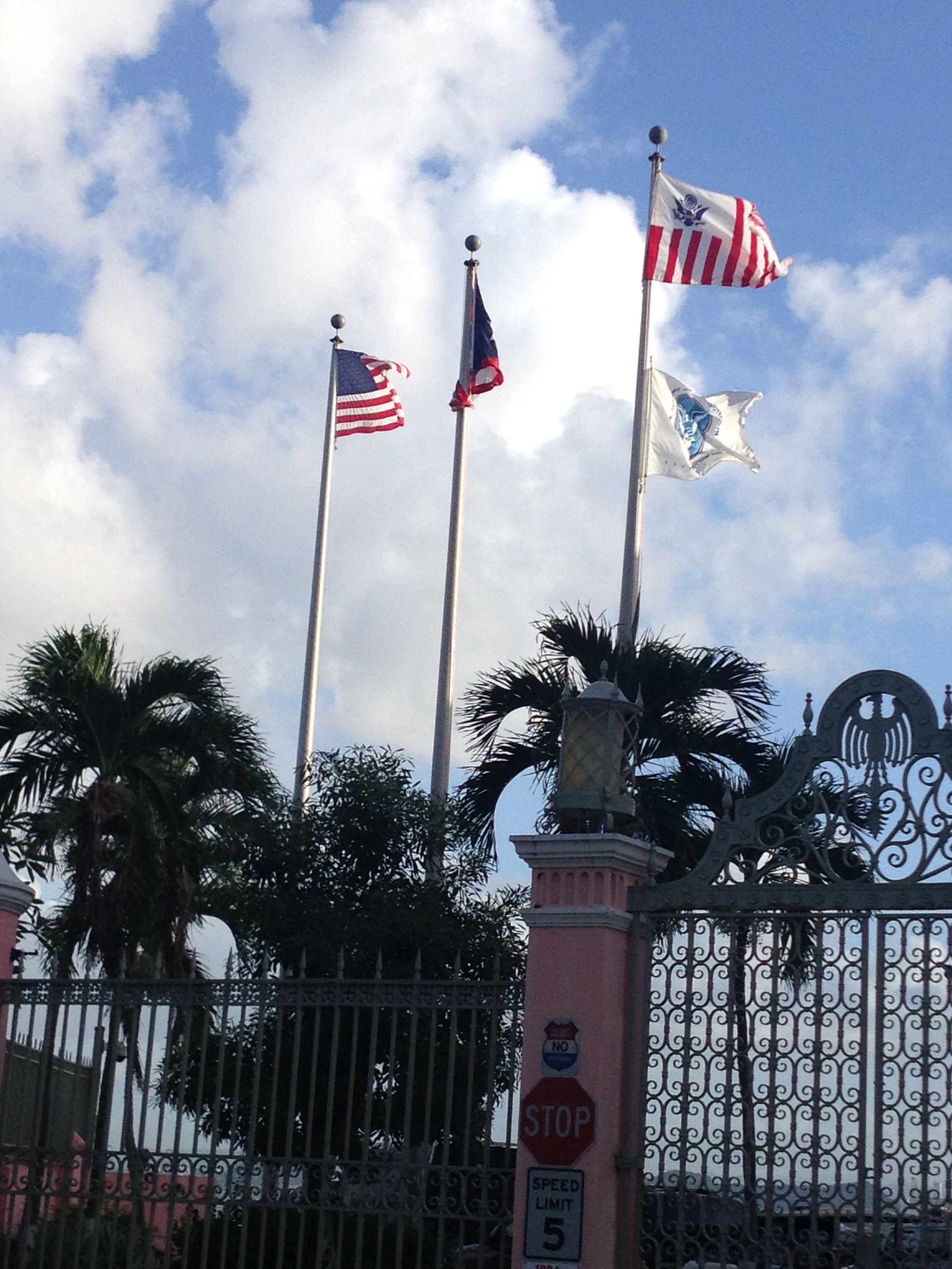 US Custom Border. El recinto muestra las banderas en una posición adecuada, al lado izquierdo de la bandera de los Estados Unidos de América se encuentra la de Puerto Rico y al lado izquierda de está la del recinto, las cuales las mismas tres se encuentran en buen estado y a la altura adecuada.
