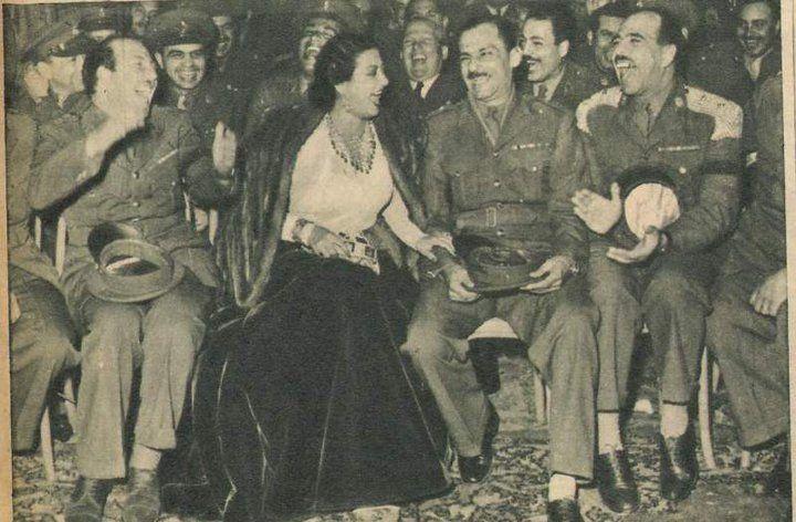 أم كلثوم مع ضباط الجيش وهي تضحك معهم Egyptian Movies Egypt History Old Egypt