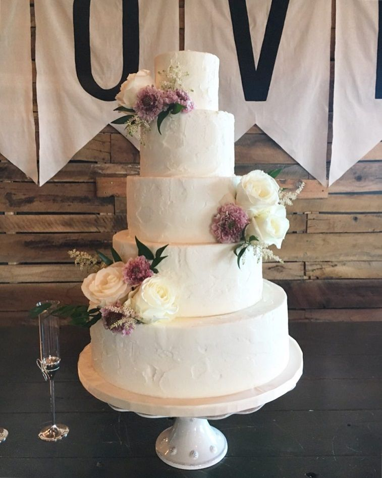 29 Beautiful wedding cake with roses decoration