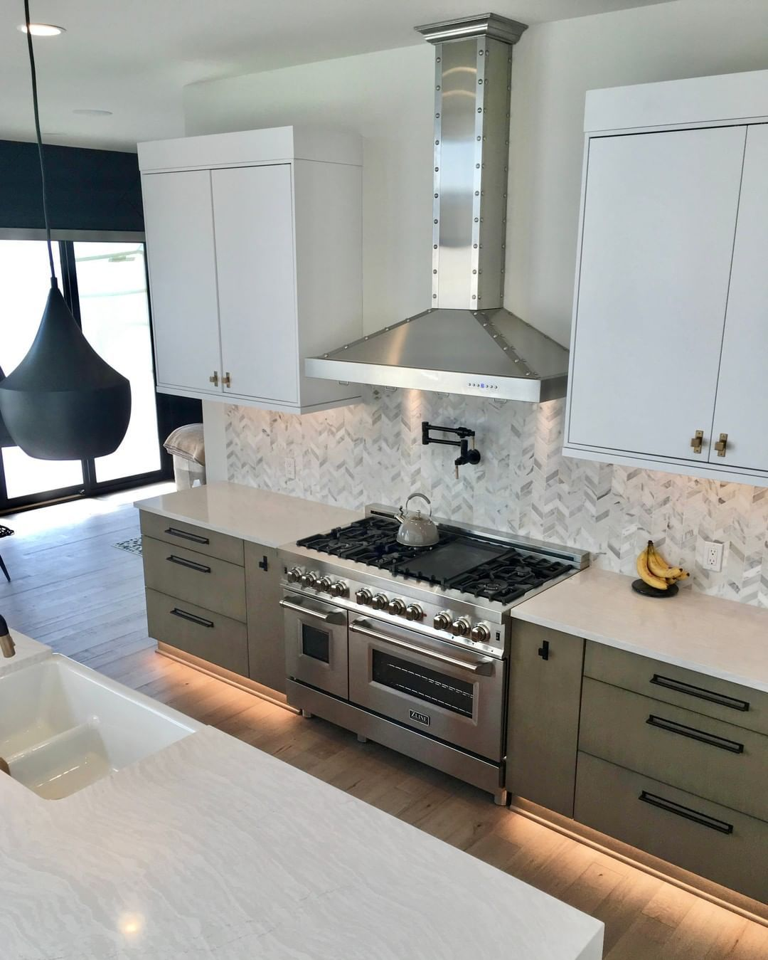 Zline 42 In 760 Cfm Designer Series Wall Mount Range Hood Baths Interior Range Hood Kitchen And Bath