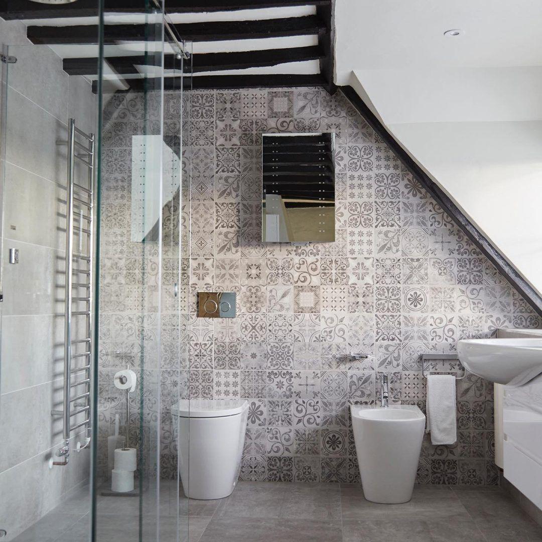 Moderne Bader Bilder Und Inspirationen Nach Den Neuen Trends 2020 Moderne Bader Mit Dachschrage Gestalt In 2020 Bathroom Accent Wall Roof Design Bathroom Decor