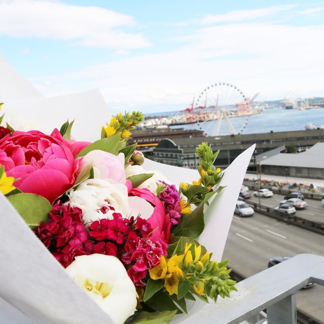 { S E A T T L E } Spent my afternoon meandering around Downtown Seattle! Got on the streetcar and dropped off in Chinatown and took a well-deserved and super exciting walk to Pikes Place! Check my instastories for step by step shenanigans!  Me & my bouquet overlooking Elliot Bay earlier this afternoon!  #seattlelife #seattlestyle #elliotbay #pikesplace #travelchic