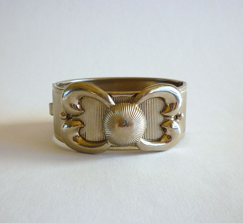 Vintage Coro cuff bracelet featuring a big bold bow as a center piece. This chunky Coro bracelet is made of silver tone textured metal and has a clamp closure where the Coro signature appears.Measurements:Approx. 18 cm (7 inches)Condition:  Excellent. Light surface scratches.If you have any questions, don�t hesitate to contact us.