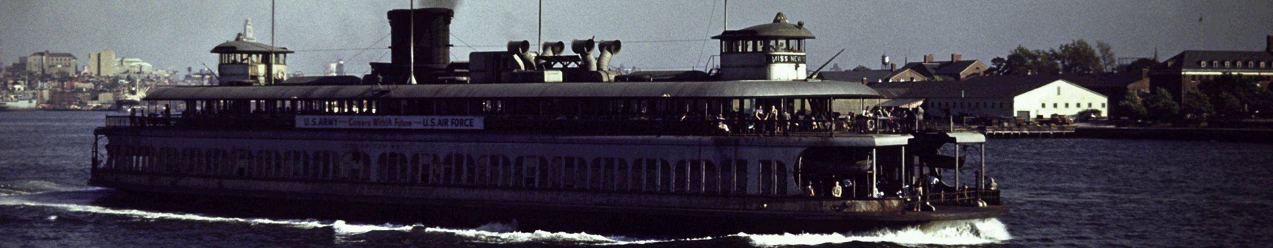 Fahrt mit der Staten Island Ferry Der Gratis-Pendelverkehr von St. George auf Staten Island nach Whitehall in Lower Manhattan zeigt, was Tausende von Einwanderer nach der Einreise auf Ellis Island zuerst erblickten. Unbestrittener Höhepunkt ist der Kopf-bis-Fuß-Anblick der Freiheitsstatue, aber die Ankunft am Whitehall Terminal mit seiner Kulisse aus bekannten Wolkenkratzern ist fast ebenso eindrucksvoll. Die Fähren gehen mindestens stündlich, Tag und Nacht in beide Richtungen