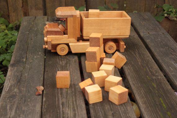 Ce camion en bois fabriqués à la main avec des blocs est prêt à rencontrer son ami et propriétaire. Il a 16 blocs dans le camion. Toutes les roues tournent. Il sera un grand jouet pour un enfant de jouer avec.  Cet article est pour un camion en bois avec 16 blocs de bois.  Il est fait de bois de bouleau de la Lettonie et fini avec une huile de lin sans danger enfant non toxique. Pour les âges 3 ans et plus. Camion mesure ~ 13 x 25 x 9 cm ou ~ 5 x 3 10 « x 3 1/2 » Bloquer la mesure ~ 2,5 x…