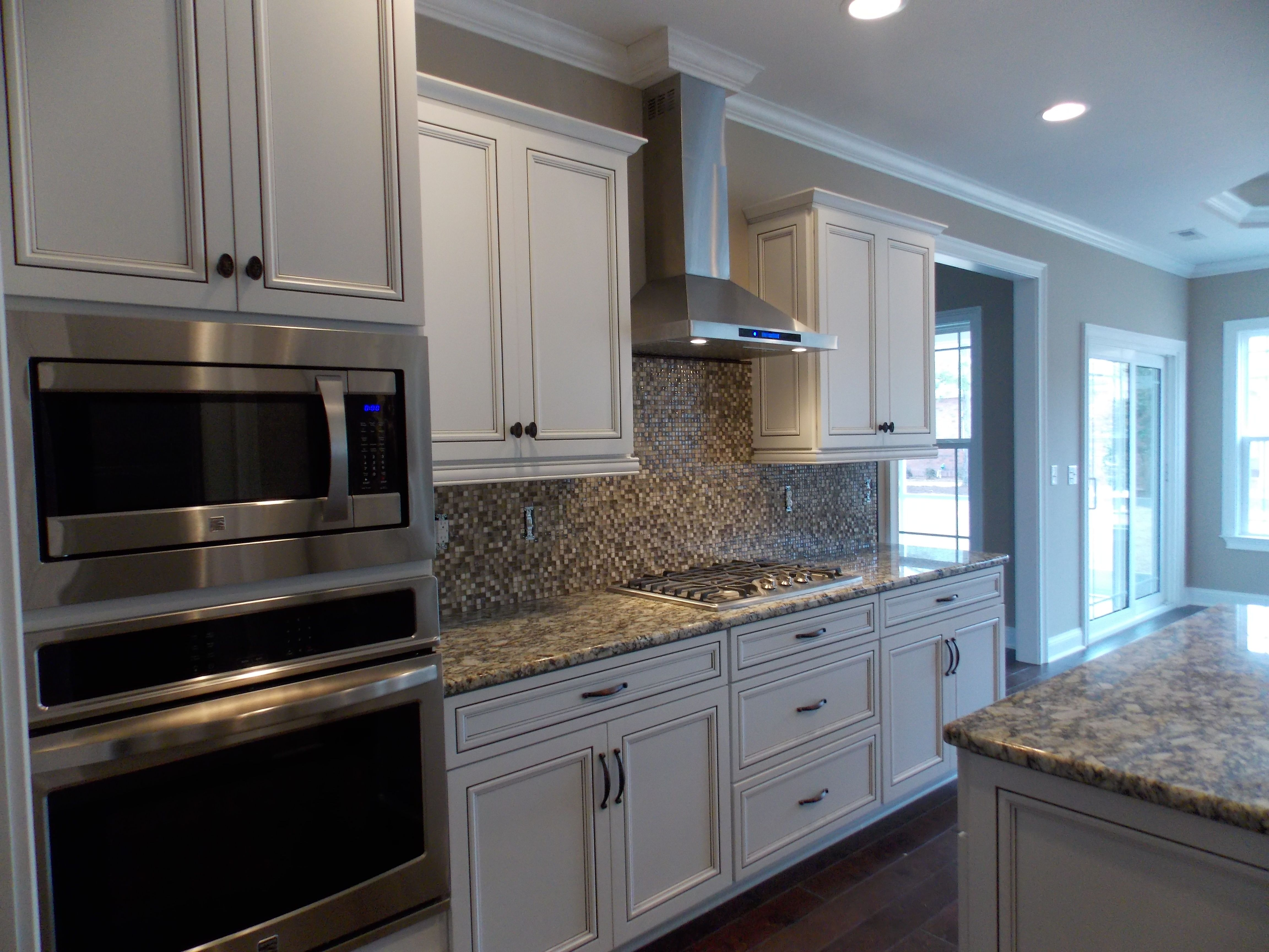 beautiful alabaster cabinets with chocolate glaze compliments the beautiful alabaster cabinets with chocolate glaze compliments the hardwood floors and appliances