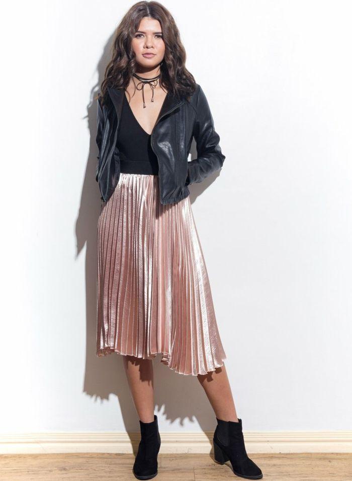 d8fd156d4749 abbigliamento-casual-chic-donna -gonna-stile-anni-80-giacca-pelle-girocollo-nero-stivaletti-tacco-basso