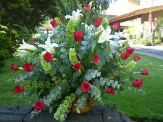 Hermoso canasto de rosas y lirios