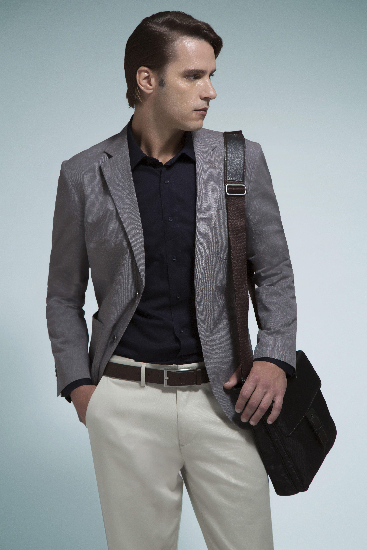 Camisa marinho, blazer chumbo com bolso patch, calça areia, cinto café em couro e pasta messenger para carregar o tablet.