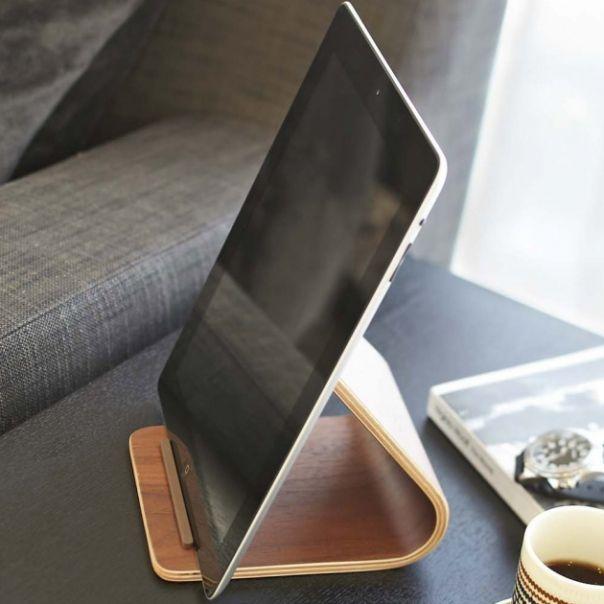 Cadeau En Bois Pour Homme - Support tablettes tactiles en bois sur AlloCadeau com idée cadeau Phone stand Pinterest