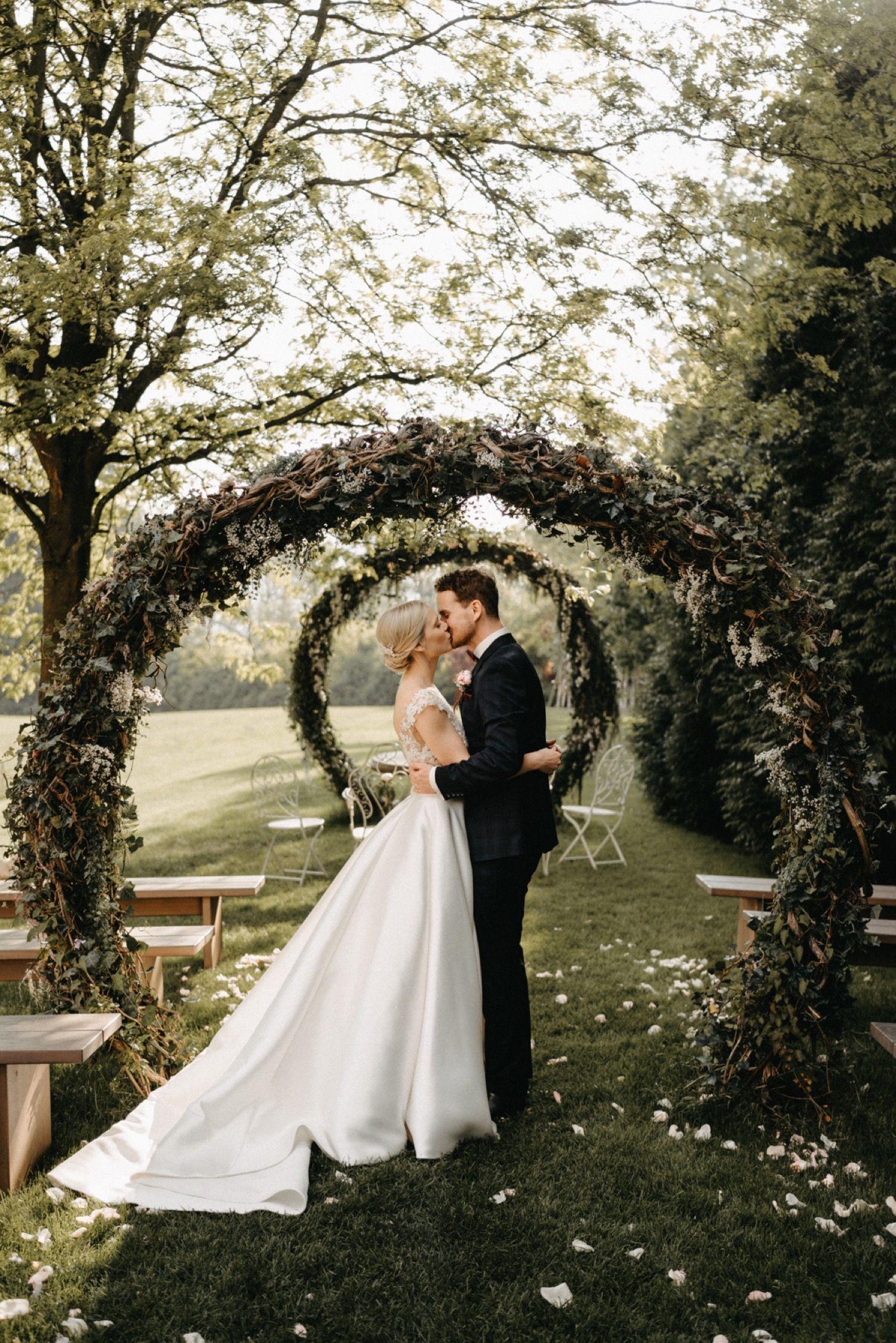 Wedding Photography Couple Wedding Arch By Bianca Lukas In 2020 Fruhlingshochzeit Hochzeit Hochzeitspaar