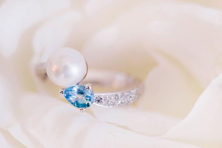 pearl earrings by Dior | itakeyou.co.uk #wedding #bridalaccessories #brideearrings #elegantwedding #white #goldwedding #fairytalewedding