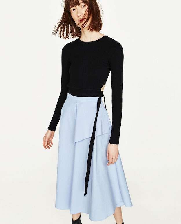 3354da41b Zara falda azul y top negro - Falda midi con diseño asimétrico y a ...