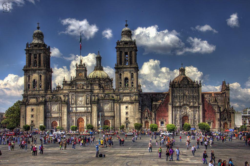 Katedrála Metropolitana, ktorá bola postavená v r. 1573, vysvätená v r. 1667 a dokončená v r. 1813 v barokovom slohu známom pod názvom churrigueresque. Je najstaršou a najväčšou katedrálou v Latinskej Amerike.