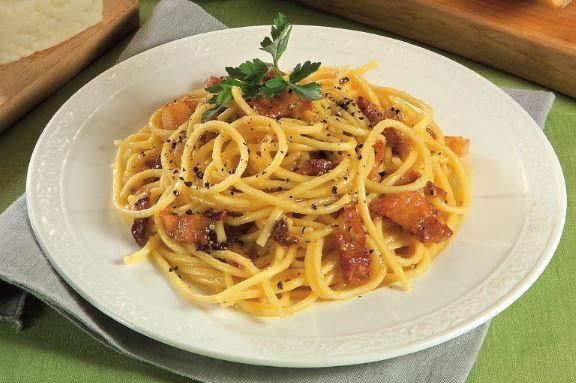 gli spaghetti alla carbonara classico della cucina. Black Bedroom Furniture Sets. Home Design Ideas