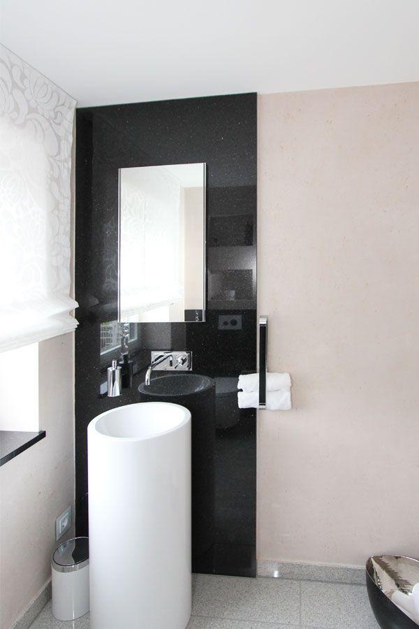 Moderne Badgestaltung mit schwarz-weiß Kontrasten ...