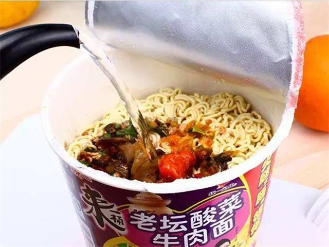 연간 1인당 라면 소비 세계 1위는 한국! 연간 라면 소비 1위는 중국입니다!!  1. 캉스푸 홍샤오 소고기 라면 康师傅红烧牛肉面 중국 라면의 갑 of 갑! 한국의 신라면이 있다면, 중국에는 캉스푸가 있다! 중국의 국민 라면 브랜드�